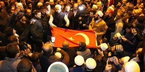 Balkanlıoğlu için yüzlerce vatandaş konsolosluk önünde toplandı