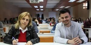 Oğlu ile aynı okul sırasını paylaşıyor