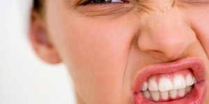 Diş sıkma, çenede kilitlenmelere neden olabilir