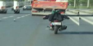Motosikletin Üzerine Yatarak İlerleyen Sürücü Kamerada