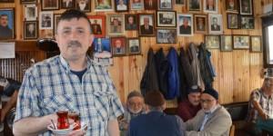 Ölen Müşterilerin Fotoğraflarını Duvarlarda Sergiliyor