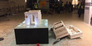 Fransa'da göstericiler tarihi eserlere'de saldırdılar