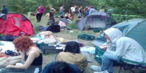 Devlet yurdu yapılmasına karşı olan bazı ODTÜ'lüler KYK yurdunu protesto ediyor