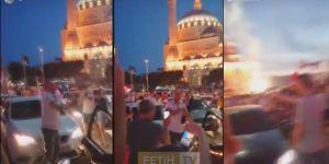 """Ekrem İmamoğlu'nun kazanması ile birlikte Camii önünde """"Şampanya"""" patlatarak kutlama yaptılar"""