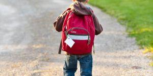 Ağır okul çantası eğrilik ve kamburluğa neden oluyor