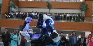Sabiha Gökçen Uluslararası Havalimanı'nda test aşamasındaki danışma robotu göreve başladı