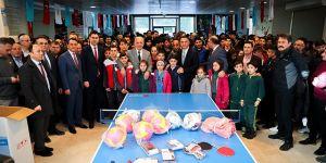 Ümraniye Belediyesi 'Destek Bizden Başarı Sizden' projesi kapsamında ilçede bulunan okullara spor malzemesi dağıttı