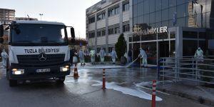 Tuzla Devlet Hastanesi'nde yıkama ve dezenfekte çalışmaları aralıksız sürüyor