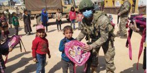 Kahraman Mehmetçik, Barış Pınarı bölgesindeki çocukların yüzlerini güldürmeye devam ediyor.