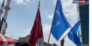 Taksim Camii açılışına Doğu Türkistan bayrakları ile gittiler