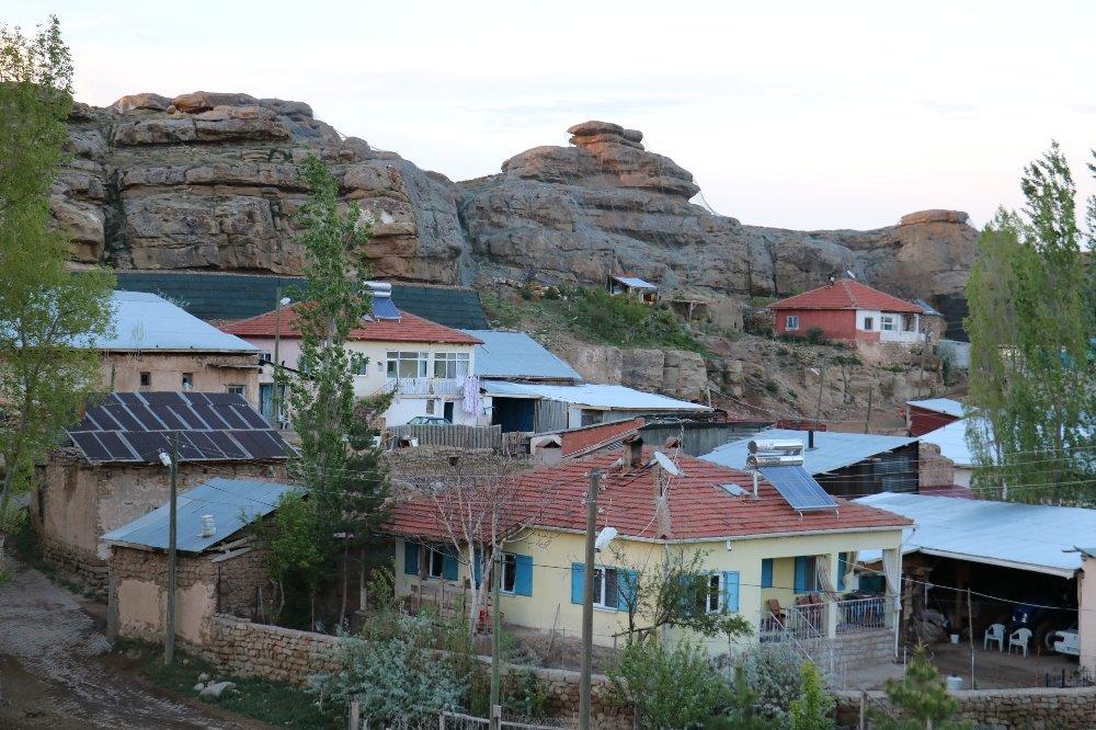 Bu Köy Diken Üstünde