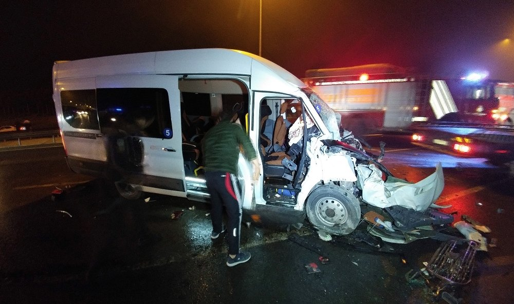 Düğünden Dönen Aileyi Taşıyan Araç Kaza Yaptı