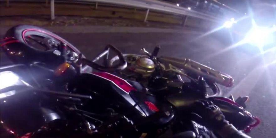 Motosiklet sürücüsü, yol kenarında duran araca çarptı