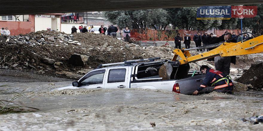 Mersin'de dereler taştı araçlar sürüklendi