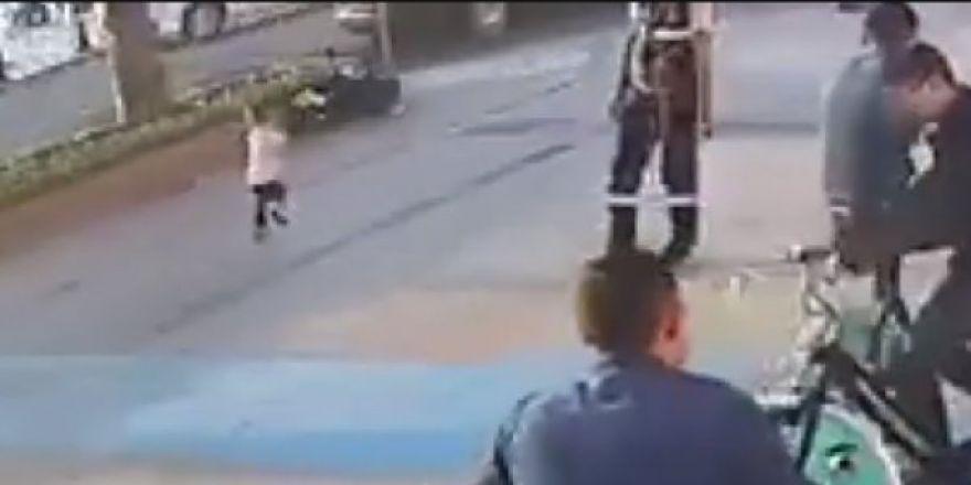 Belediye çalışanın dikkati sayesinde küçük kız aracın altında kalmaktan kurtuldu