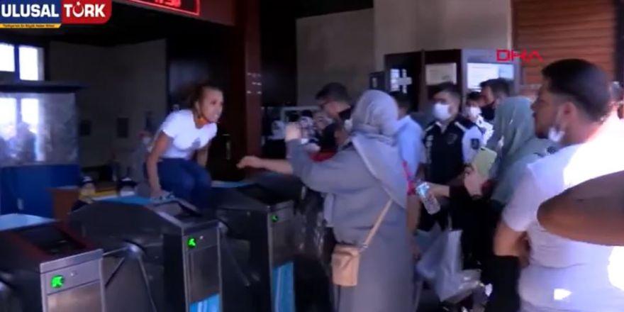 """Eminönün'de bir kadın tartıştığı Doğu Türkistan'lı kadına """"Defol Ülkemden""""diyerek saldırdı"""